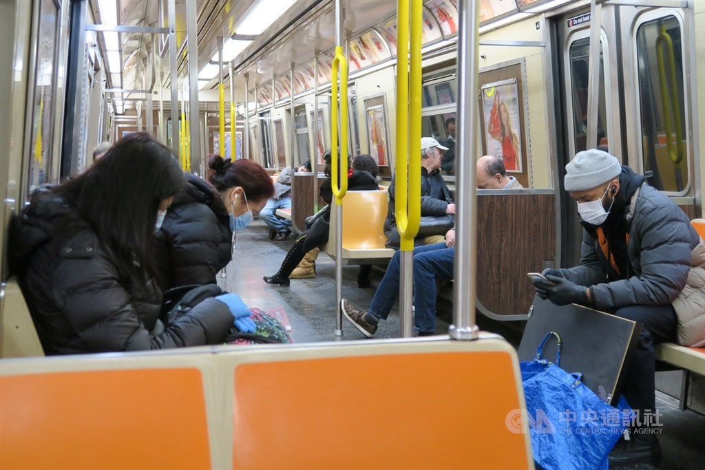 武漢肺炎疫情蔓延全美,死亡已達260例,確診者直逼2萬例。圖為紐約地鐵上愈來愈多非亞洲面孔戴起口罩,與過去幾乎是東方人戴口罩有顯著差別。中央社記者尹俊傑紐約攝 109年3月19日