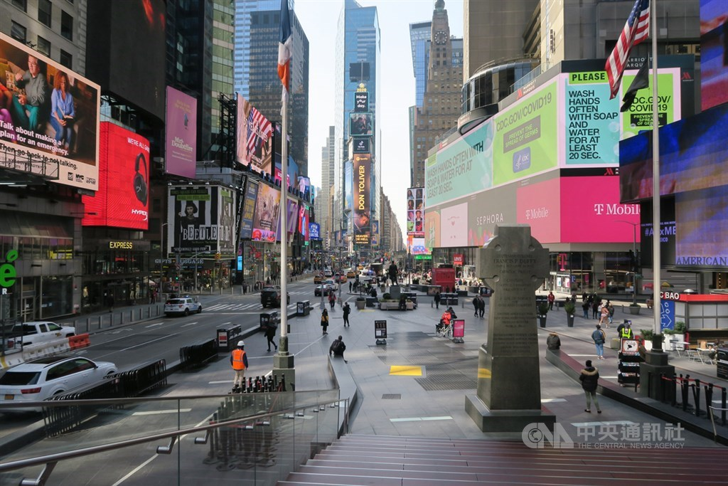 武漢肺炎疫情蔓延,紐約時報廣場四周廣告看板仍五彩繽紛,但見不到往日車水馬龍、熙來攘往的景象。中央社記者尹俊傑紐約攝 109年3月19日
