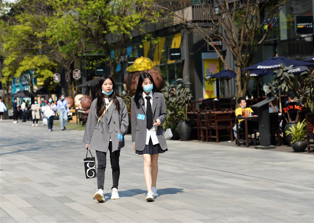 中國國家衛生健康委員會官網21日通報,3月20日,武漢肺炎新增確診病例41例,全部來自境外輸入。圖為成都民眾戴口罩上街。(中新社提供)