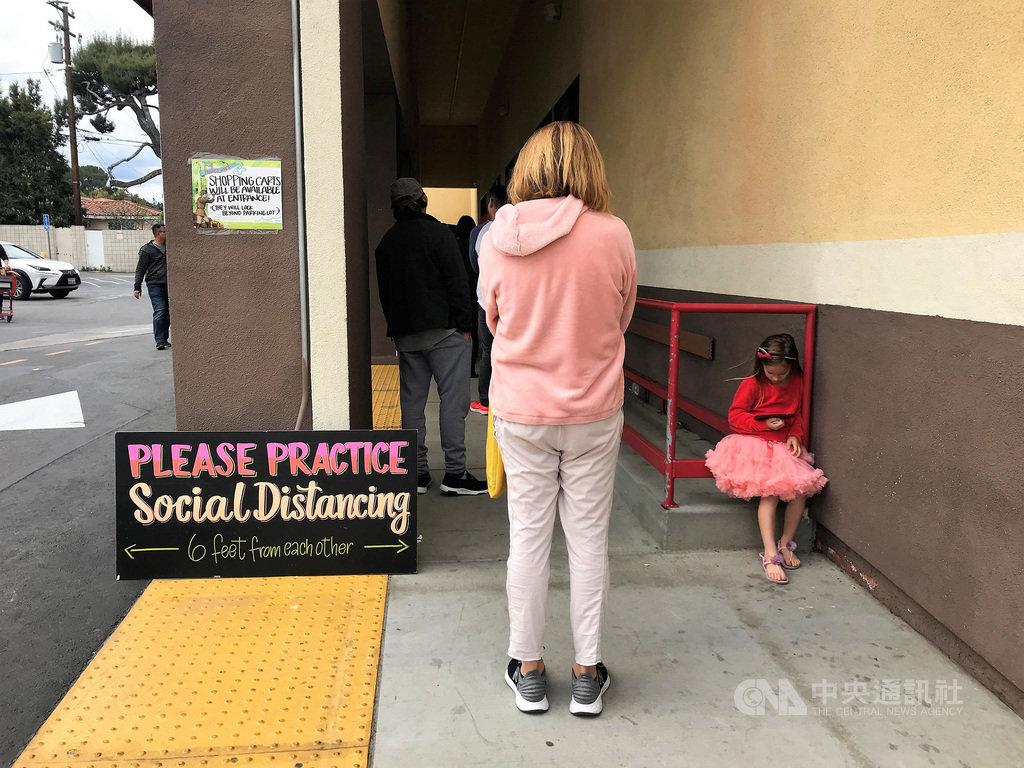 美國提高防疫措施,超商賣場限制進場人數,看板宣導6英尺(183公分)的社交安全距離。中央社記者林宏翰洛杉磯攝 109年3月22日