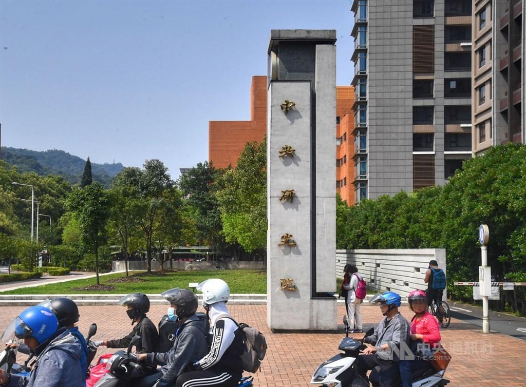 中研院研究人員染疫,中央流行疫情指揮中心今天表示,此案感染源為一名有美國旅遊史的台灣老師,發病後傳給同一個實驗室的3名成員。(中央社檔案照片)