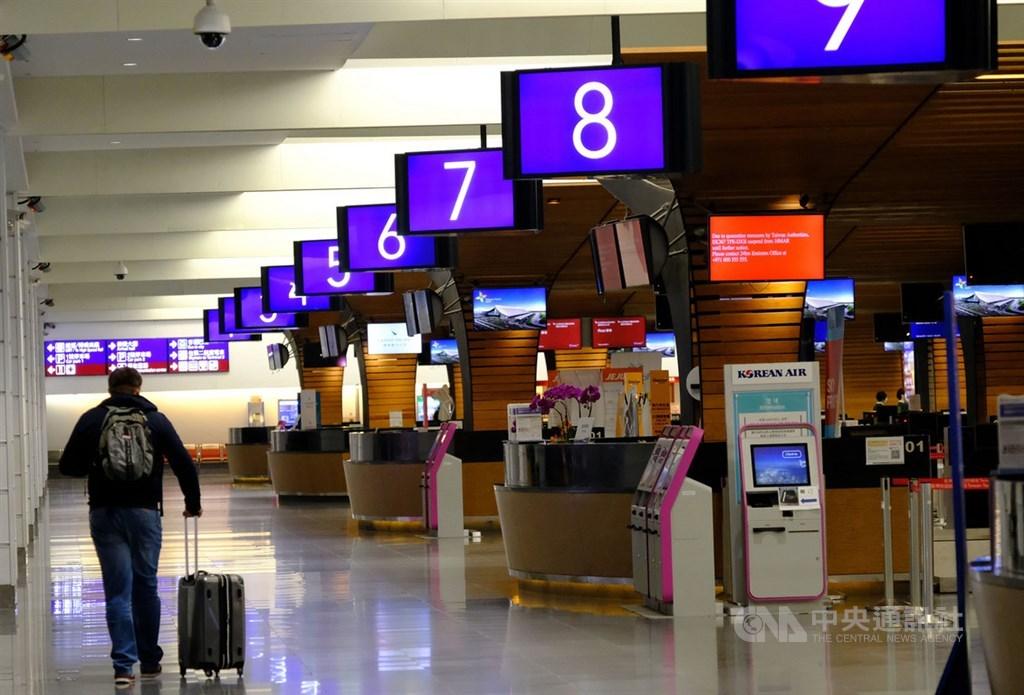 受到武漢肺炎疫情影響,移民署國境事務大隊22日說,桃園機場21日入出境人數約為7800多人次,已低於2003年SARS期間平均單日入出境人數。中央社記者邱俊欽桃園機場攝 109年3月22日