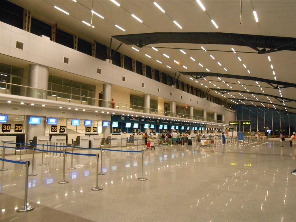 越南政府宣布,從22日開始禁止所有外籍人士入境,除非情況特殊,也禁止一切國際航班降落。圖為越南峴港機場大廳。(圖取自維基共享資源網頁;作者ASM~viwiki,CC BY-SA 3.0)