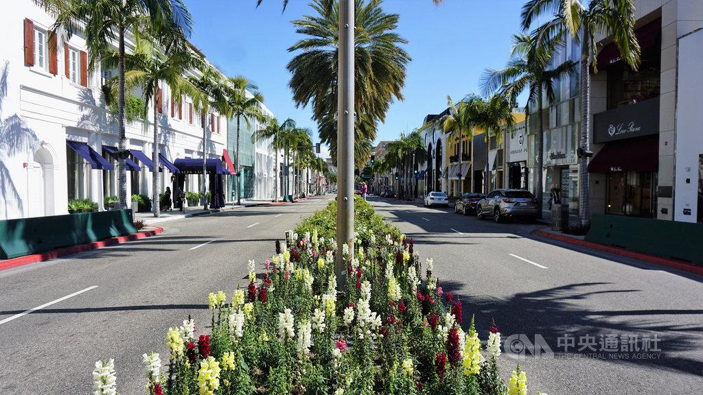 武漢肺炎疫情擴大,加州政府要求非必要的營業場所關門,比佛利山(Beverly Hills)名店街羅迪歐大道(Rodeo Drive)空無一人。中央社記者林宏翰洛杉磯攝 109年3月22日
