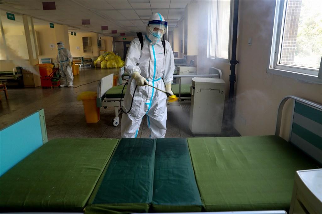 「我最難忘的一天」文章在中國網路流傳,文中說雖然官方公布武漢市新增確診為零,但多地仍有確診病人。圖為工作人員在武漢市第七醫院進行環境消毒。(中新社提供)