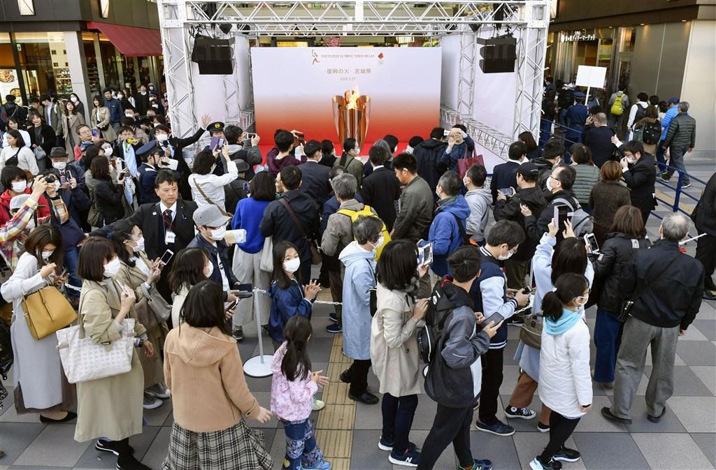 東京奧運聖火21日巡迴到宮城縣仙台市展示,約5個半小時便吸引約5萬2000人到場參觀。(共同社提供)