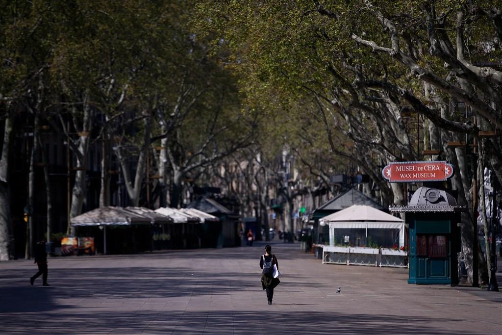 西班牙境內22日新增394起漢肺炎死亡病例,累計1720人病故。圖為21日西班牙巴塞隆納市中心的蘭布拉大道空蕩蕩景象。(法新社提供)