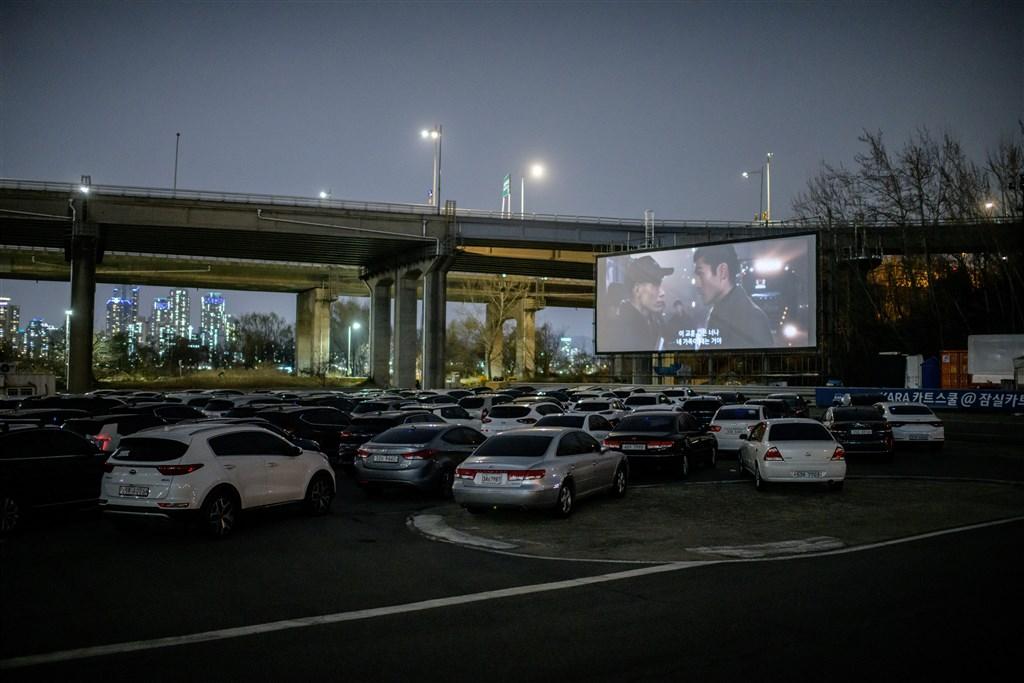 武漢肺炎疫情肆虐,韓國當局呼籲民眾避免前往人群聚集處,電影院被迫暫時停業,但露天的汽車電影院外卻排起長長的隊伍。(法新社提供)