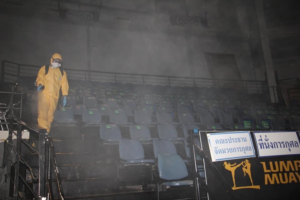泰國各地熱愛泰拳的逾千名觀眾6日齊聚曼谷的國家倫披尼拳擊場,結果事後爆發武漢肺炎群聚感染,拳擊場噴灑消毒液。(圖取自facebook.com/Lumpineeboxingstaduim)