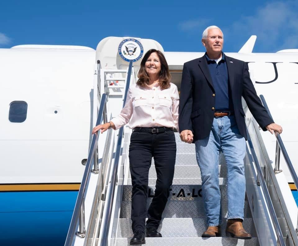 美國副總統彭斯(右)夫婦21日進行武漢肺炎病毒檢測,彭斯發言人米勒晚間表示,彭斯與夫人凱倫(左)兩人檢測結果均呈現陰性反應。(圖取自facebook.com/mikepence)