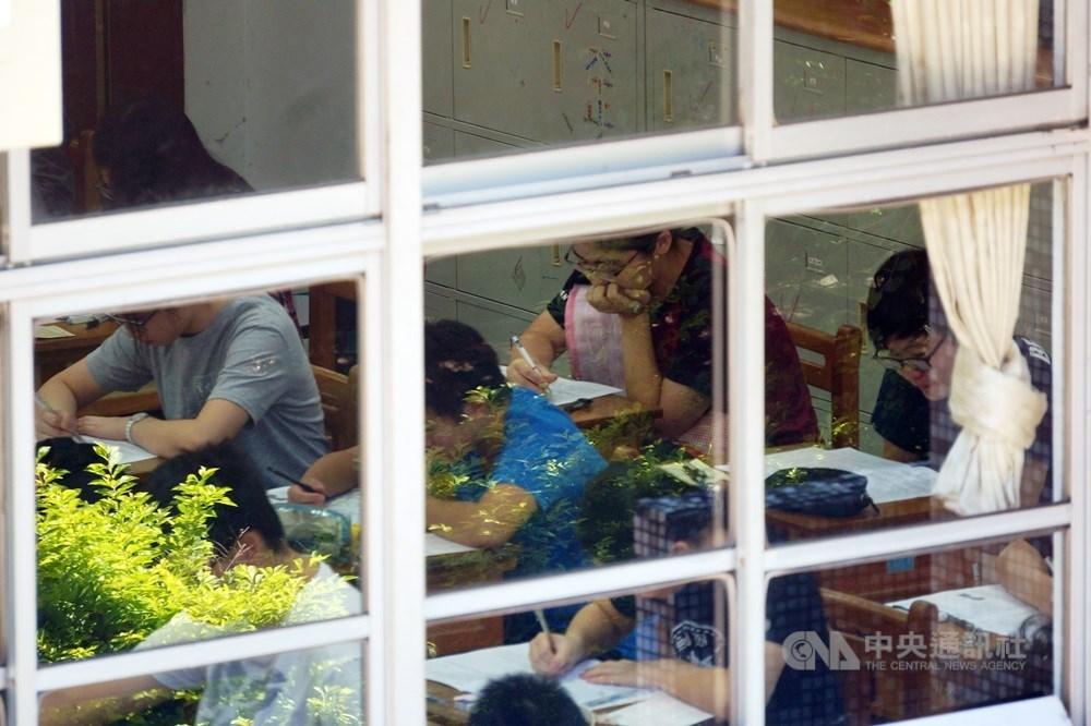 教育部23日表示,國中教育會考因應武漢肺炎疫情首度規劃2次考試,因居家檢疫或隔離無法參與第1次考試的考生,將安排5月底參加第2次考試。(中央社檔案照片)