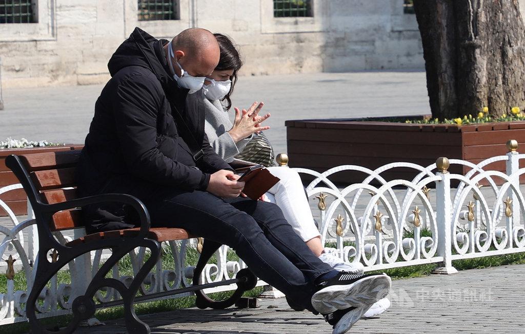 土耳其武漢肺炎首例通報不到兩週,累計確診數就跳增達逾千例。向來遊人如織的伊斯坦堡聖索菲亞博物館暫停開放參觀,遊客22日戴口罩坐在前方花圃曬太陽。中央社記者何宏儒伊斯坦堡攝 109年3月23日