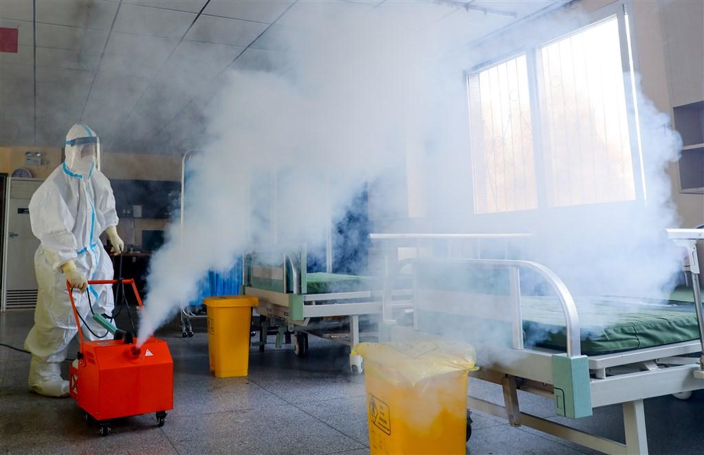 世界衛生組織規範,無論是否出現症狀,經檢測呈陽性都算是武漢肺炎確診患者,但香港媒體披露中國當局的機密資料,至2月底中國境內經檢測呈陽性的無症狀感染者逾4萬人,卻未列入確診。圖為工作人員在武漢市第七醫院進行環境消毒。(中新社提供)