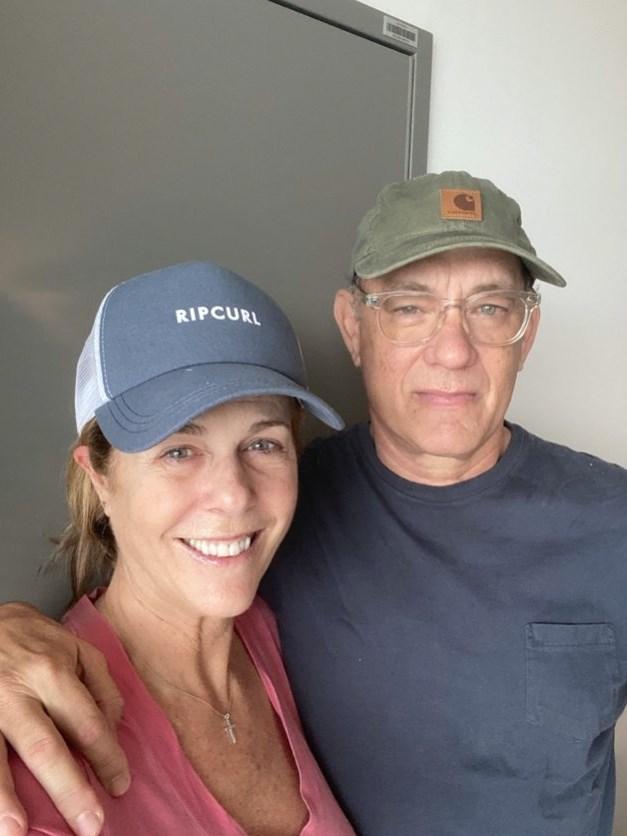感染武漢肺炎的好萊塢巨星湯姆漢克斯(右)在澳洲醫院接受隔離治療2週後,23日表示他和妻子(左)的身體狀況正在好轉。(圖取自twitter.com/tomhanks)