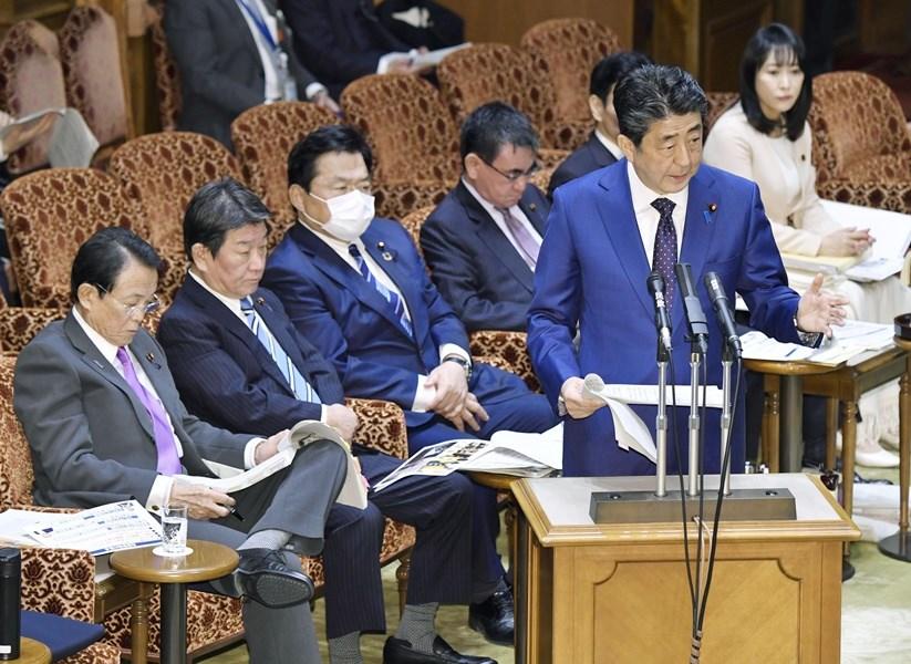日本首相安倍晉三(前右)23日表示,若武漢肺炎疫情導致無法安全舉行奧運,東京奧運延後舉辦「恐怕無法避免」。(共同社提供)