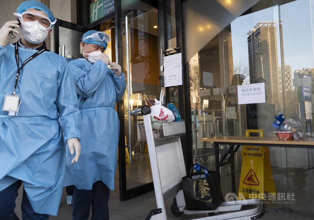 陸媒報導,北京再度升級武漢肺炎境外移入防控措施,25日零時起,所有境外入京人員一律集中隔離14天並全部做病毒核酸檢測。圖為北京市望京地區一家被列為集中觀察點的飯店入口處。(中新社提供)中央社  109年3月24日