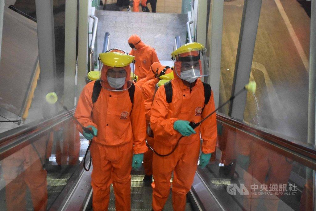 泰國近日武漢肺炎確診案例激增,泰國政府24日宣布3月26日起到4月30日實施緊急狀態。圖為泰國陸軍在捷運站噴灑消毒藥水。中央社記者呂欣憓曼谷攝 109年3月24日