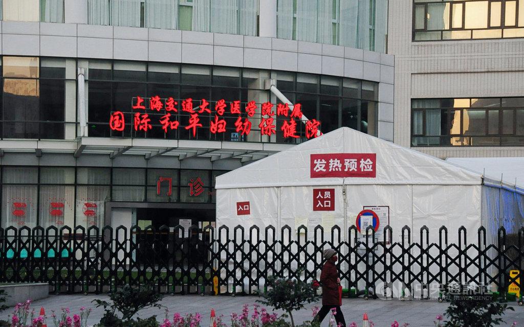 中國上海23日新增一起「境外輸入關聯病例」,患者日前曾與廣東的境外移入病例接觸。圖為2月上海一家醫院外,搭起發熱門診的預檢站。中央社記者沈朋達上海攝 109年3月24日