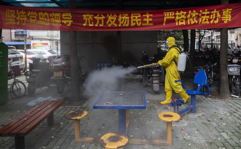 中國武漢肺炎疫情再告上升,據官方24日通報全國確診新增78例;湖北省新增境內確診1例,連續5日零新增也破功。圖為武漢雲豹救援隊在社區消毒。(中新社提供)