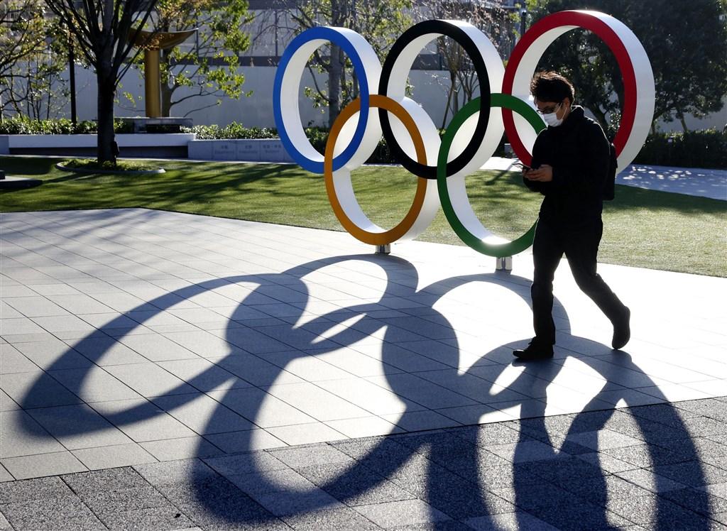 日本首相安倍晉三24日晚間與國際奧林匹克委員會主席巴赫通電話,提議東京奧運延後一年舉辦,獲巴赫完全同意。(共同社提供)