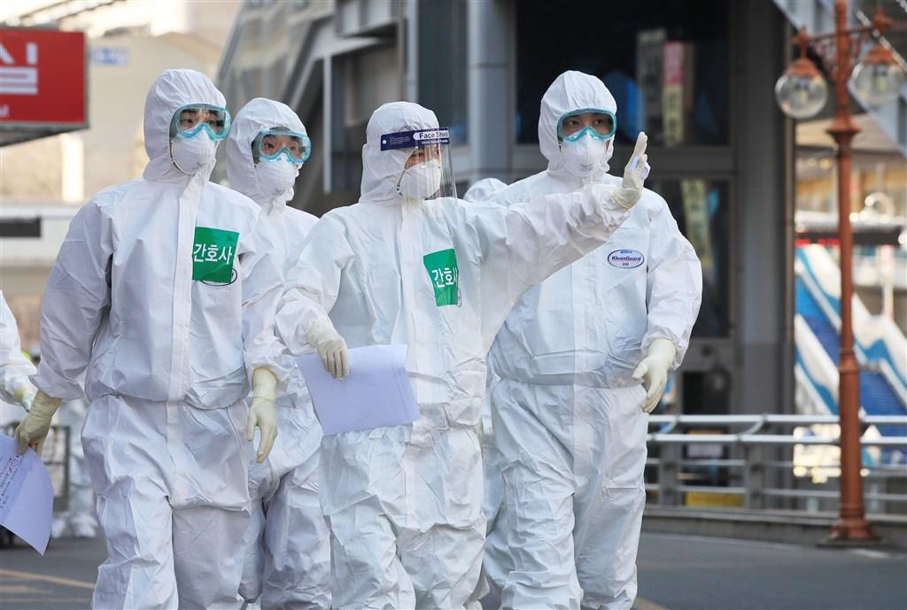 韓國中央防疫對策本部通報24日確診武漢肺炎總數共9037例,死亡達到120例。圖為韓國防疫人員。(韓聯社提供)