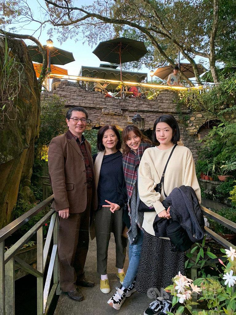 台灣電視劇製作產業聯合總會會長林錫輝(左1)獲新加坡亞洲影藝創意大獎任命擔任台灣影視親善大使。圖為林錫輝和太太(左2)及2位女兒合影。(林錫輝提供)中央社記者黃自強新加坡傳真 109年3月24日