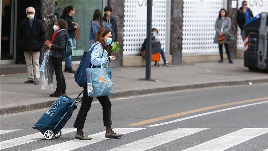 義大利武漢肺炎疫情嚴重,Gucci、Prada旗下工廠加入製造口罩、防護衣行列。圖為義大利民眾戴口罩上街。(安納杜魯新聞社提供)