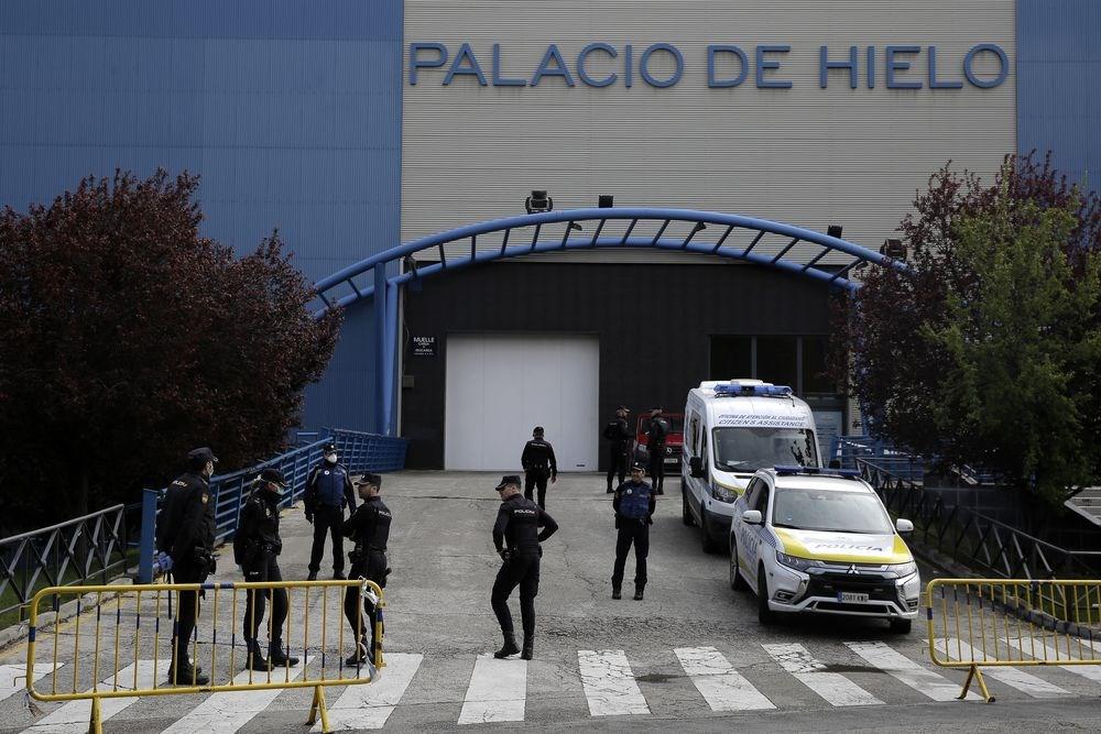 繼義大利之後,西班牙感染武漢肺炎不治人數25日也超越中國。圖為西班牙徵用溜冰場作為臨時停屍間,溜冰場外有警察駐守。(美聯社)