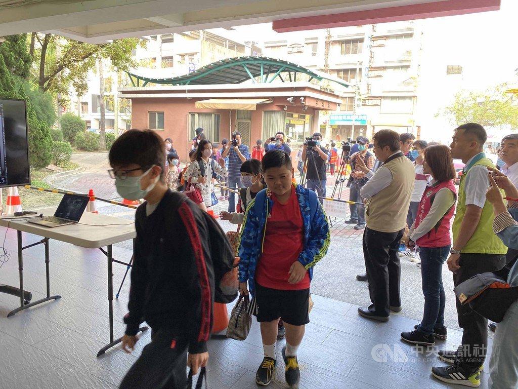 台南市向教育部爭取在大型學校設置紅外線體溫偵測儀獲得支持,600人以上學校都能受惠,學生進入校園的動線也更順暢。(台南市教育局提供)中央社記者楊思瑞台南傳真  109年3月25日