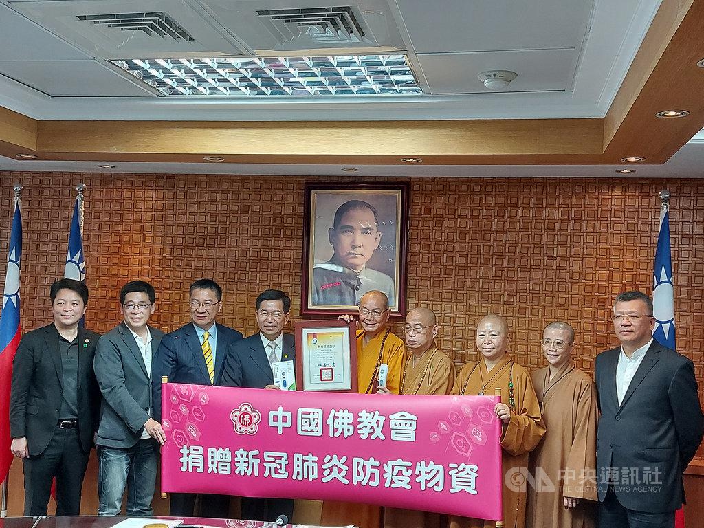 中國佛教會指出,宗教界是政府的後盾,教育更是國家的希望,捐贈1000支額溫槍給教育部,提供學校防疫使用。中央社記者許秩維攝 109年3月25日