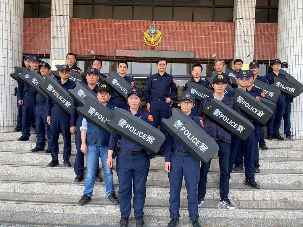 屏東東港警分局運用社會善款購買20個防暴臂盾,讓警察在遇到突發事故時,安全能更有保障。(東港警分局提供)中央社記者郭芷瑄傳真 109年3月25日