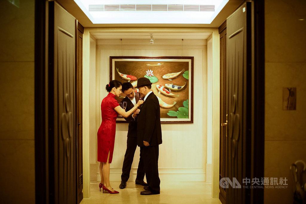 藝人徐若瑄(左)日前推出為父創作的新歌「別人的」,更分享為爸爸整理衣服的婚禮花絮照,也號召歌迷一起秀出在婚禮上與父母互動的照片。(索尼音樂提供)中央社記者王心妤傳真 109年3月25日