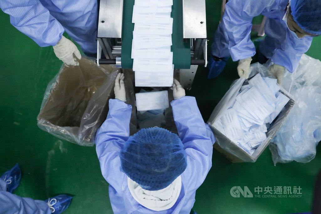 2019冠狀病毒疾病疫情催生中國「口罩經濟」,口罩企業在兩個月內新增近9000家,每日總產能達2億片,但也引發產能過剩的隱憂。圖為北京一家生物科技公司3月引進一次性成型口罩生產機,每分鐘可生產500只口罩。(中新社提供)中央社 109年3月25日