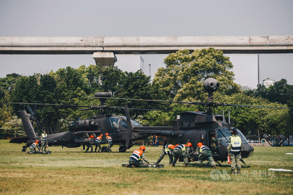 AH-64E阿帕契攻擊直升機(左)、OH-58D戰搜直升機(右)25日上午降落台北大學執行演練,吸引目光。(軍聞社提供)中央社記者游凱翔傳真 109年3月25日