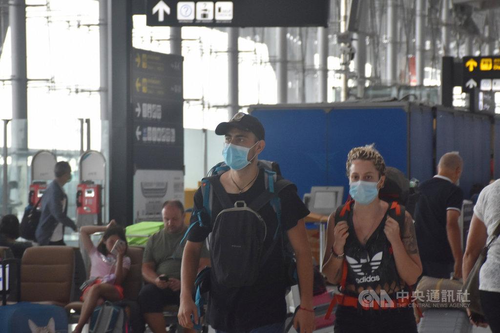 泰國將從26日凌晨起進入緊急狀態,所有陸海空口岸進入外國人入境。圖為日前在蘇凡納布機場準備搭機離開泰國的外國旅客。中央社記者呂欣憓曼谷攝 109年3月25日