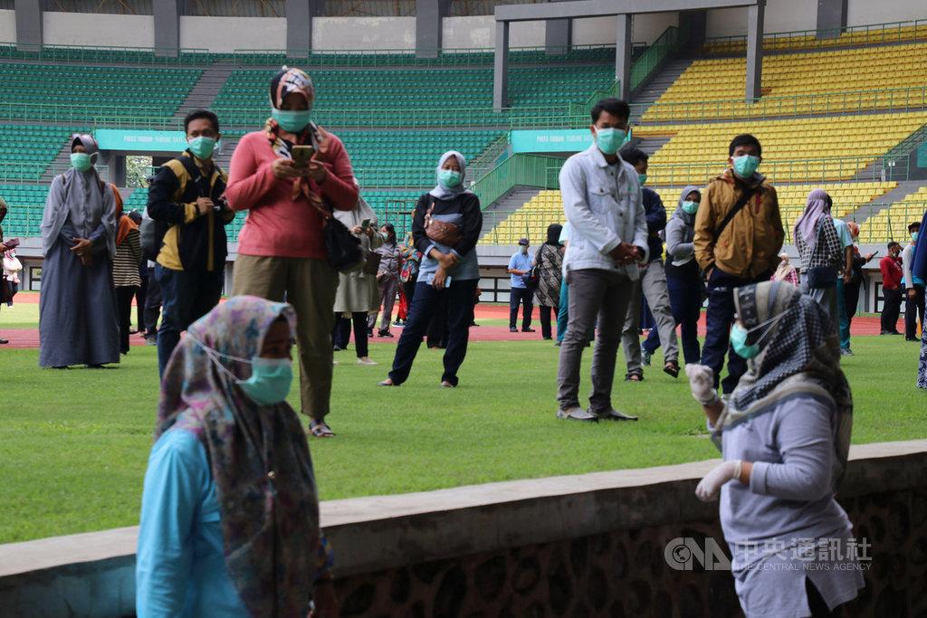 印尼西爪哇省勿加西市25日有365名醫護人員接受武漢肺炎病毒篩檢。受檢證實沒有感染的醫護人員未來將到家戶對追蹤的民眾進行篩檢。中央社記者石秀娟勿加西攝 109年3月25日