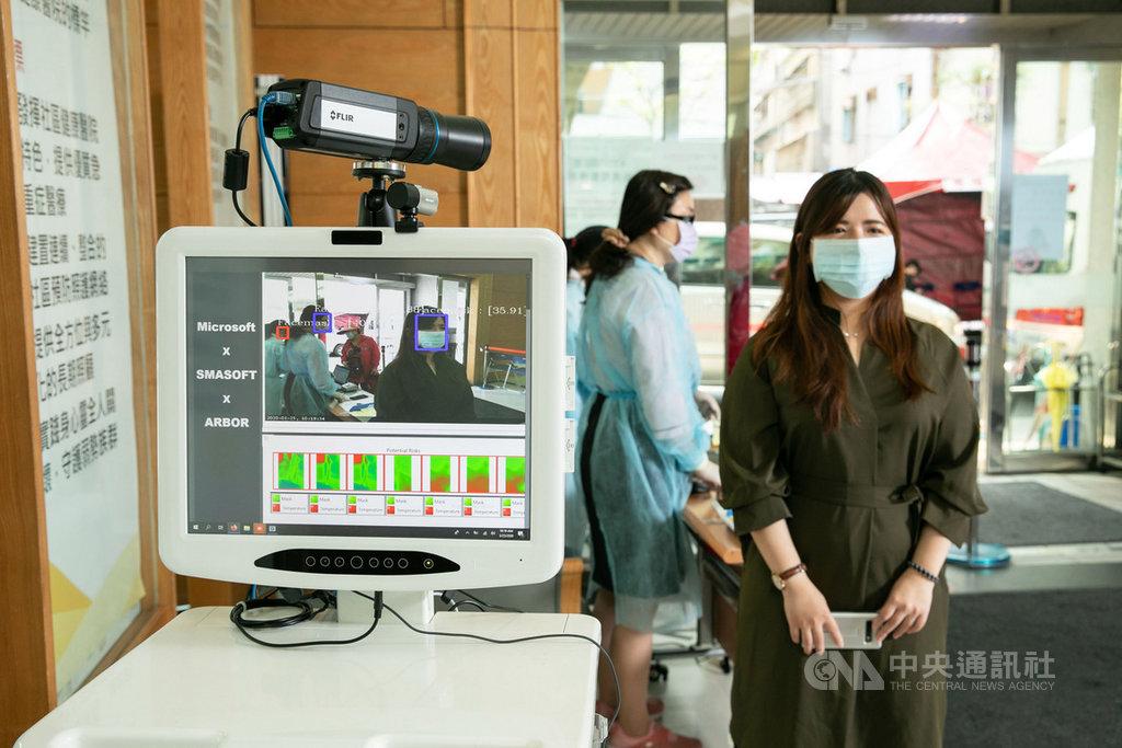 永和耕莘醫院與微軟合作,25日正式導入「AI口罩與紅外線溫度一站式檢測裝置」,協助醫院快速偵測到院民眾是否戴口罩、體溫異常。(微軟提供)中央社記者吳家豪傳真 109年3月25日