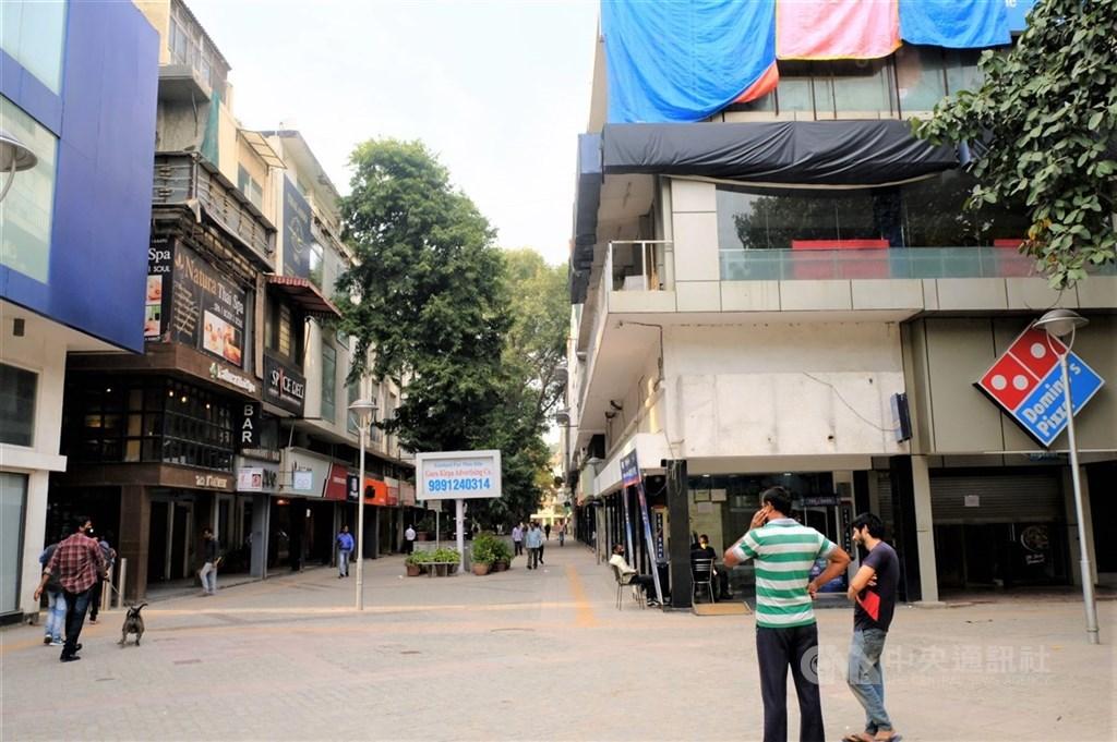 印度為控制疫情,自24日午夜起全國封鎖3週。圖為南德里一熱鬧商圈變得很冷清。中央社記者康世人新德里攝 109年3月21日