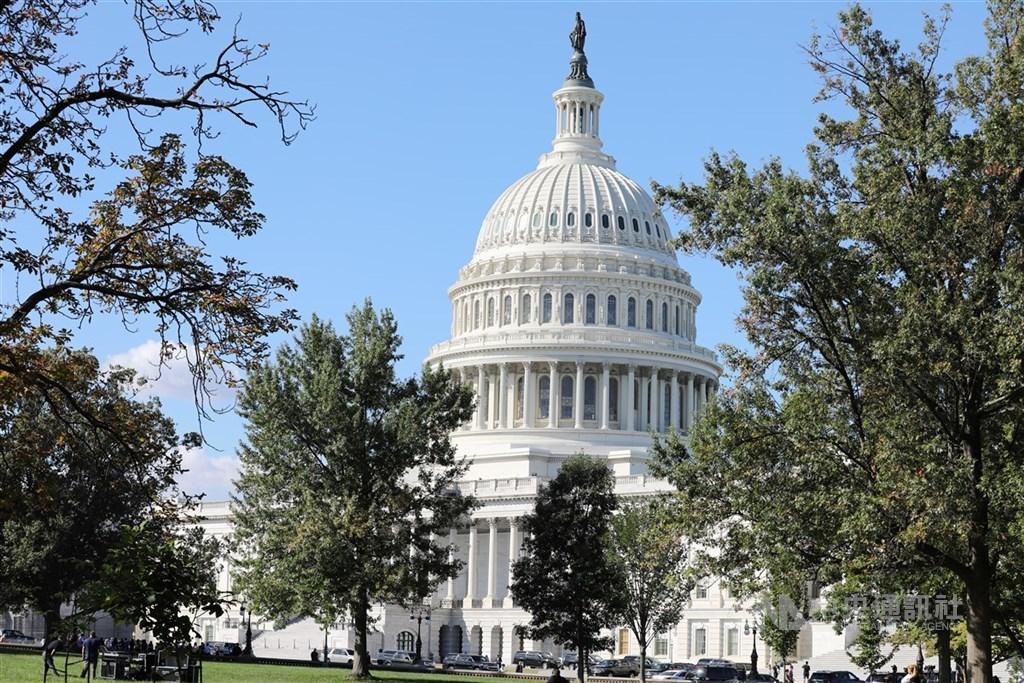 白宮官員25日表示,聯邦參議員與川普政府官員已就大規模經濟刺激法案達成共識,圖為美國國會大廈。(中央社檔案照片)