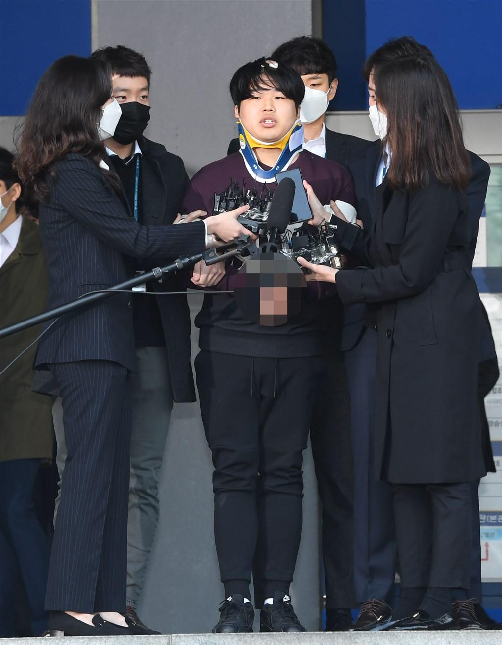 韓國爆發N號房事件,脅迫女性拍攝性剝削影片並在網路聊天室販賣的犯罪嫌疑人趙主彬(前右2)25日現身向被害者道歉。(韓聯社提供)