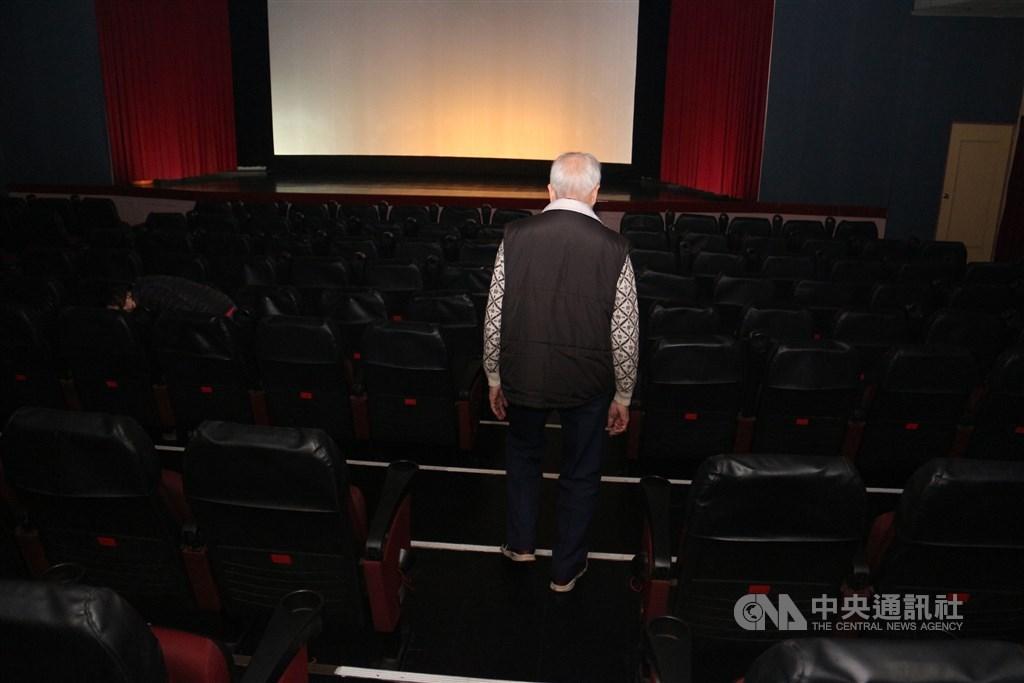 中央流行疫情指揮中心25日宣布,建議停辦室內100人,室外500人以上集會活動,指揮官陳時中說,電影院的困難比較少,建議不要賣這麼多票。(中央社檔案照片)