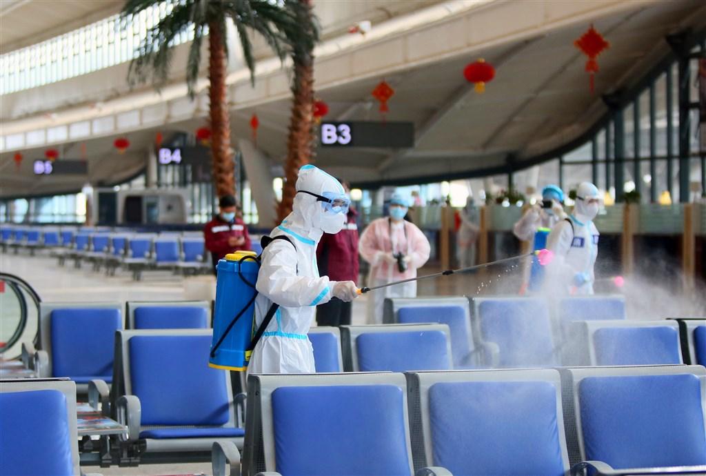 一篇刊載於國際學術期刊的中國研究報告指出,在武漢一地的所有武漢肺炎感染者中,恐有近60%尚未發現。圖為武漢火車站24日消毒作業。(中新社提供)