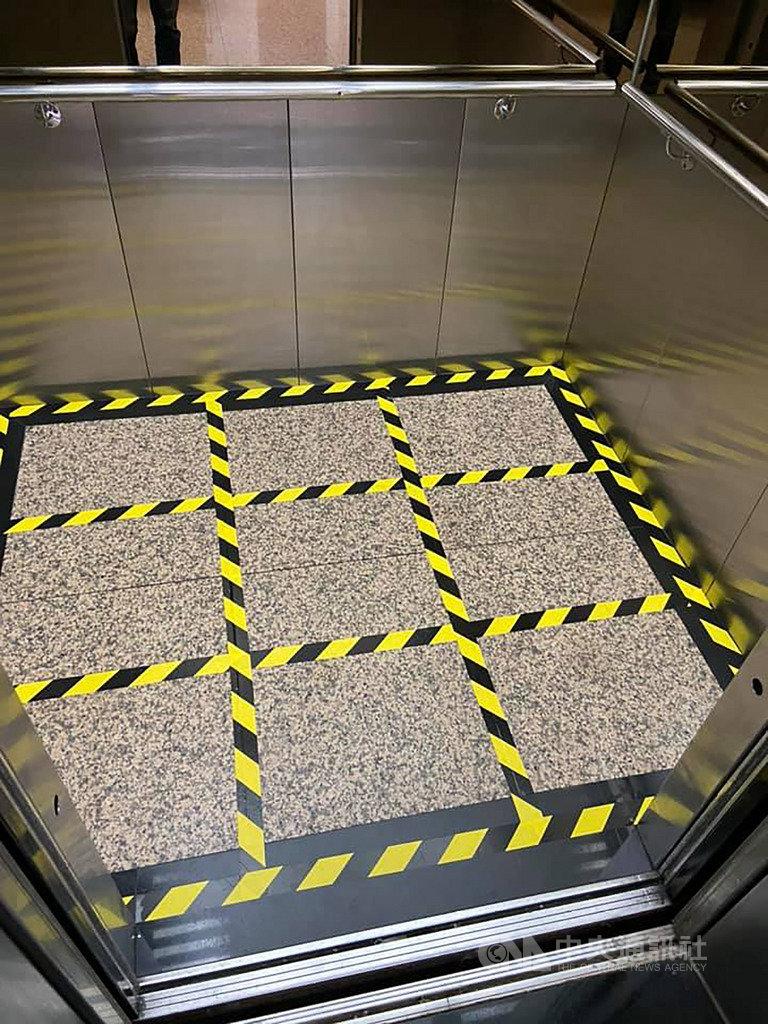 立法院防疫再升級,在立委研究室所在的中興大樓內電梯地板上,貼出九宮格限制搭乘人數,讓搭乘的人可以保持距離。中央社記者陳俊華攝 109年3月25日