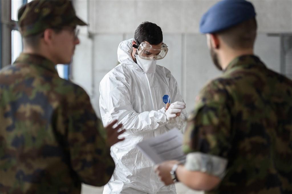 瑞士「時報」一篇文章指出,面對2019冠狀病毒疾病,北京及聯合國箝制台灣的聲音,無人理會警示,錯失防疫先機。圖為瑞士士兵在醫院部署協助防疫。(檔案照片/法新社提供)