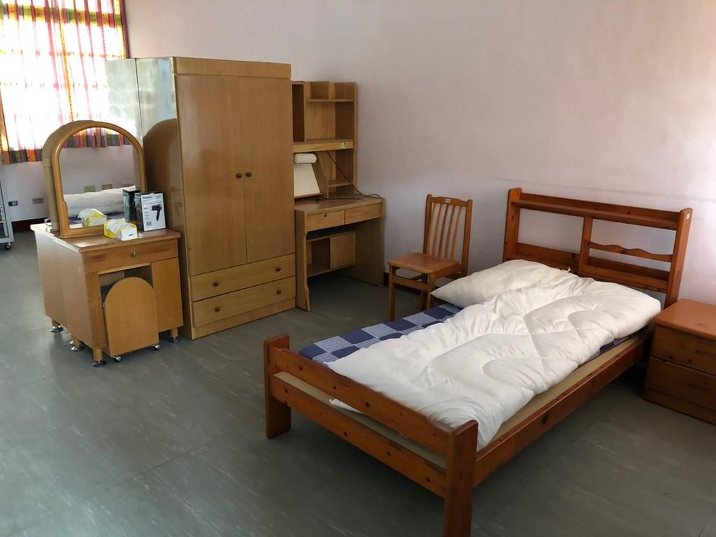 一名英國女子在台灣居家檢疫,抱怨環境如監獄。花蓮縣衛生局公布居家檢疫場所房間內部畫面,一人一間約8坪大房間,提供床鋪、書桌、衣櫃及梳妝台等設備,強調並非如英國女子所說的「像監獄」。(花蓮縣衛生局提供)中央社記者張祈傳真 109年3月26日