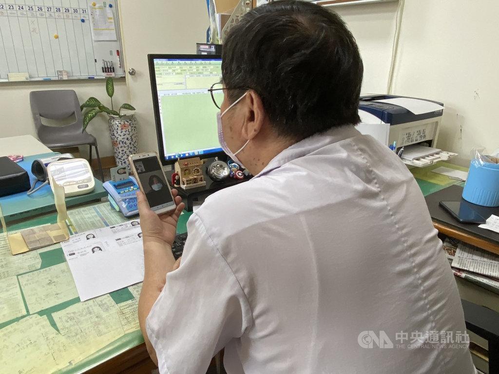 嘉義縣衛生局表示,提供「視訊醫療服務」的醫療院所,則擴增為33家,讓居家檢疫及隔離的鄉親安心就醫。圖為視訊醫療情形。(嘉義縣政府提供)中央社記者蔡智明傳真 109年3月26日