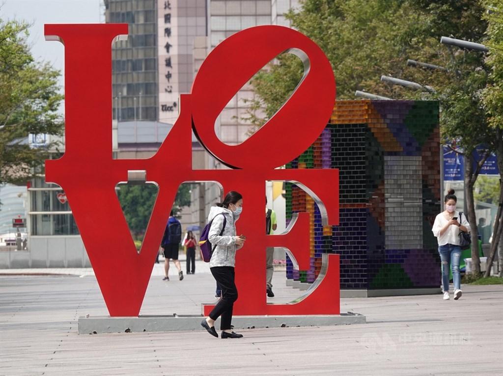 武漢肺炎疫情升溫,台灣加強入出境管制,重擊觀光旅遊產業鏈,旅行社、飯店民宿業全面受影響。圖為22日知名觀光景點台北101門可羅雀,LOVE地標也只有少數戴口罩遊客經過。(中央社檔案照片)