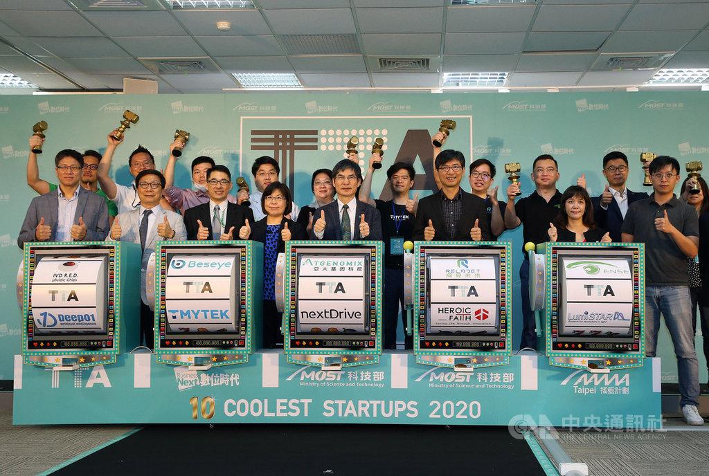 科技部今年第3度選出「台灣10家最酷科技新創」,聯手20家台灣新創生態圈夥伴,從2620家科技新創中推薦521個團隊參與選拔,經過3階段選出「新創十酷」,26日舉行發布記者會,科技部長陳良基(前排左5)等人出席合影。中央社記者郭日曉攝 109年3月26日