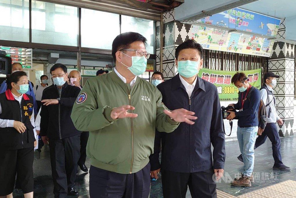 交通部長林佳龍(前左)26日受邀前往視察花蓮地區交通、觀光建設及防疫設施,立委傅崐萁(前右)、花蓮縣長徐榛蔚(2排左)等陪同。中央社記者張祈攝  109年3月26日