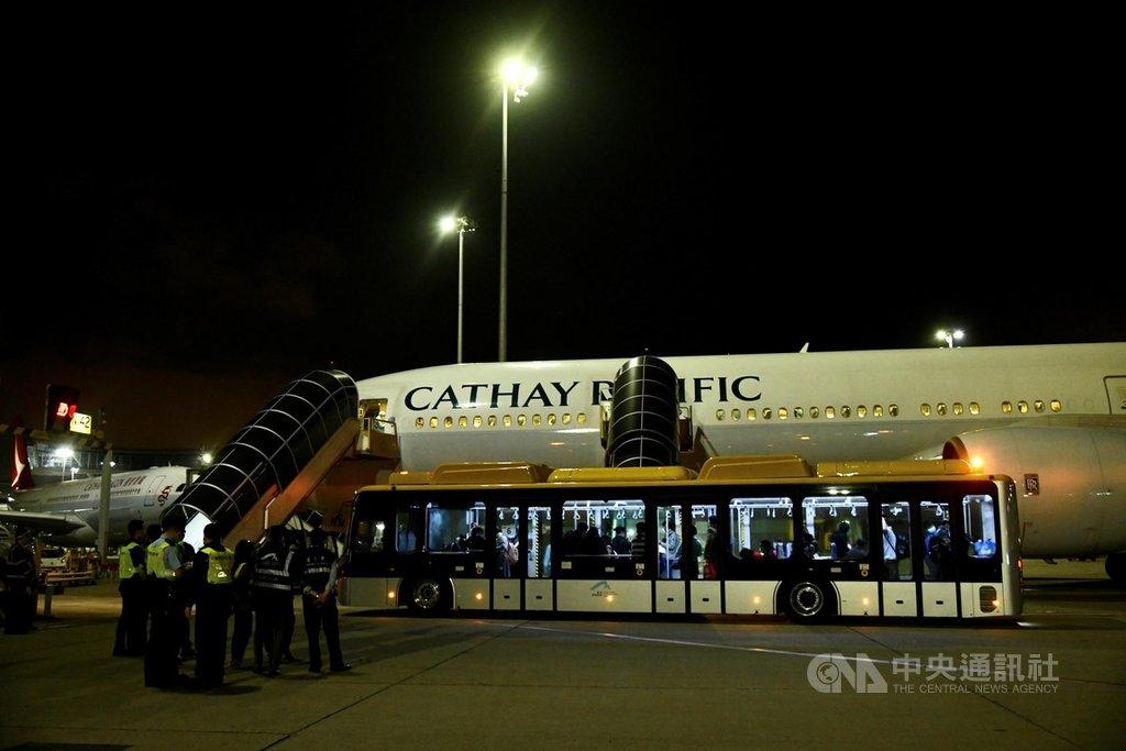 香港當局25日再派出兩班包機到中國大陸湖北省,接回滯留當地的281名港人回港。圖為其中一架包機當晚順利抵港。(中通社提供)中央社  109年3月26日